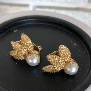 Vtg pearl clip earrings